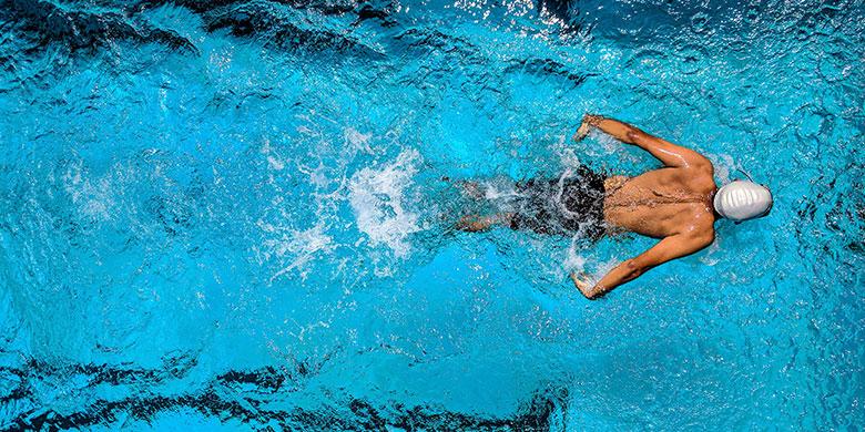 Socorrista nadando en una piscina para el curso