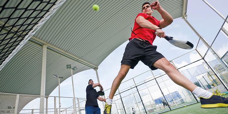 Jugador de tenis realizando ejercicios